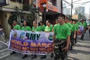 En l'honneur de la Marche mondiale, l'armée a déposé les armes, le temps d'une marche pour la paix.